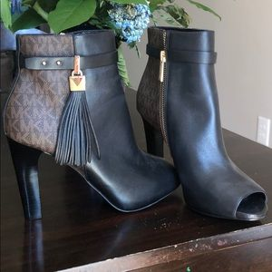 Winslow leather and logo open- toe ankle boot